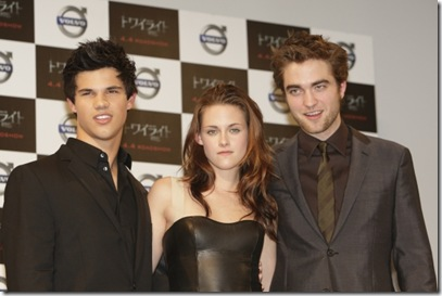 robert_pattinson_kristin_stewart_twilight_japan_premiere_feb_09