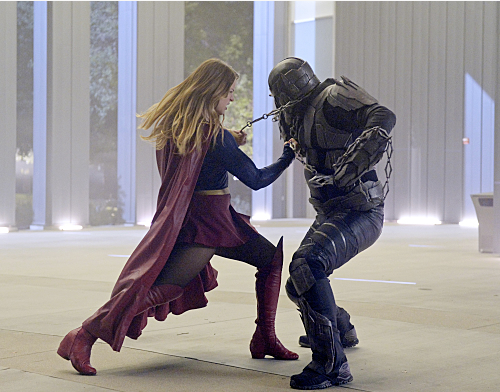 Supergirl (Melissa Benoist, left) does battle with the deadly Master Jailer (Jeff Branson, right), who is hunting and executing escaped Fort Rozz prisoners, on SUPERGIRL, Monday, Feb. 22 (8:00-9:00 PM, ET/PT) on the CBS Television Network. Photo: Darren Michaels/Warner Bros. Entertainment Inc. © 2016 WBEI.