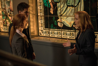 THE X-FILES:  L-R:  Guest star Lauren Ambrose, guest str Robbie Amell and Gillian Anderson in the ÒMy Struggle IIÓ season finale episode of THE X-FILES airing Monday, Feb. 22 (8:00-9:01 PM ET/PT) on FOX.  ©2016 Fox Broadcasting Co.  Cr:  Ed Araquel/FOX