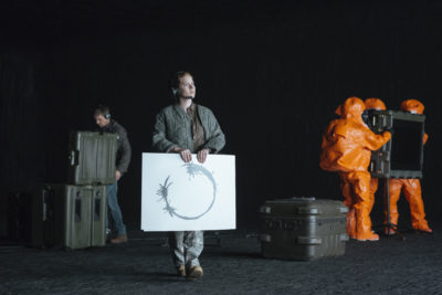 (L-R) Jeremy Renner as Ian Donnelly and Amy Adams as Louise Banks in the film ARRIVAL by Paramount Pictures
